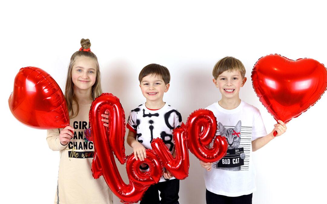 Zakochana sesja zdjęciowa – inspiracja na walentynkową sesję rodzinną w domu