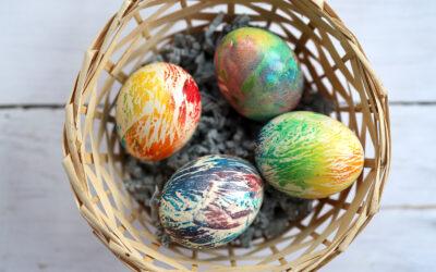Wielkanocne jajka w stylu tie-dye – trend nie tylko na ubraniach